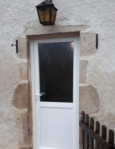 Installation d'une porte de service PVC